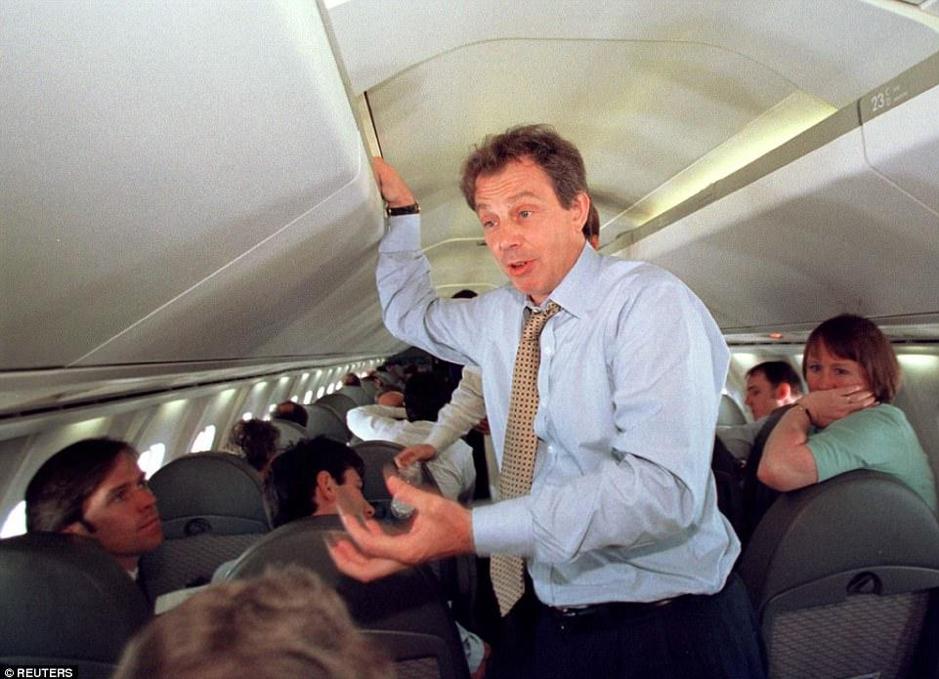 Cựu thủ tướng Anh Tony Blair cao 1,83 m phải cúi người khi đứng trong một máy bay Concorde đời đầu. Ảnh: Reuters.