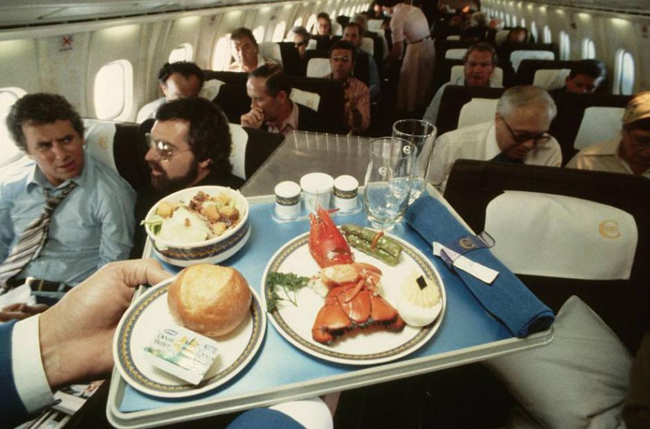 Bữa ăn với tôm hùm của hành khách trên Concorde. Ảnh: AP.