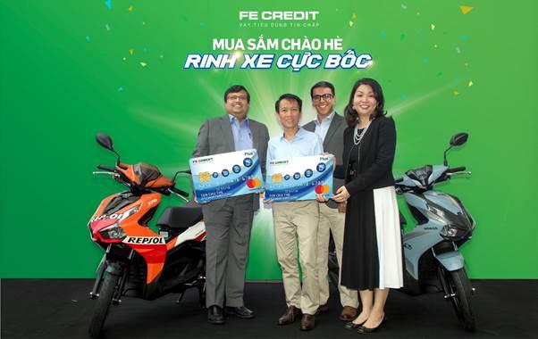 Khách hàng may mắn nhận thưởng xe Honda AirBlade khi tham gia chương trình.