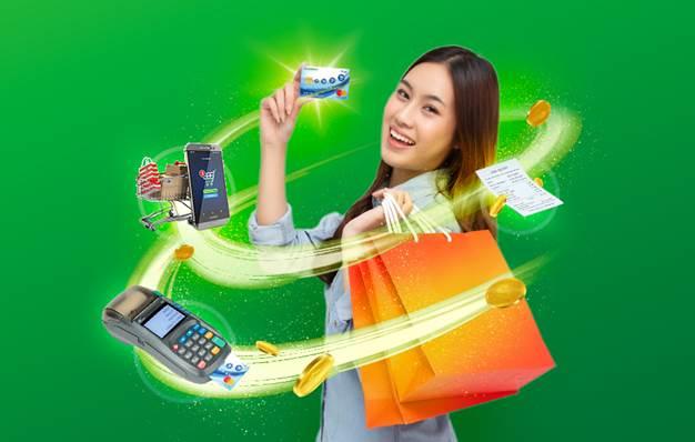 Chủ thẻ theo dõi chi tiêu và điểm thưởng qua các tính năng mới nhất trên ứng dụng FE Credit Mobile.