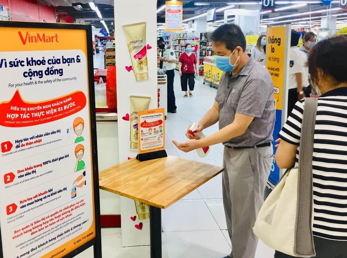 Siêu thị tại TP HCM áp dụng trở lại yêu cầu khách hàng đeo khẩu trang, dùng nước sát khuẩn. Ảnh: Kim Ngân.
