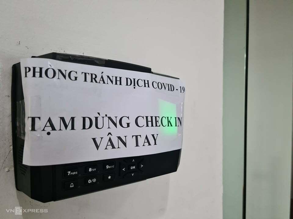 Một doanh nghiệp quyết định dừng hệ thống check-in vân tay để ưu tiên chống dịch. Ảnh: Anh Minh.
