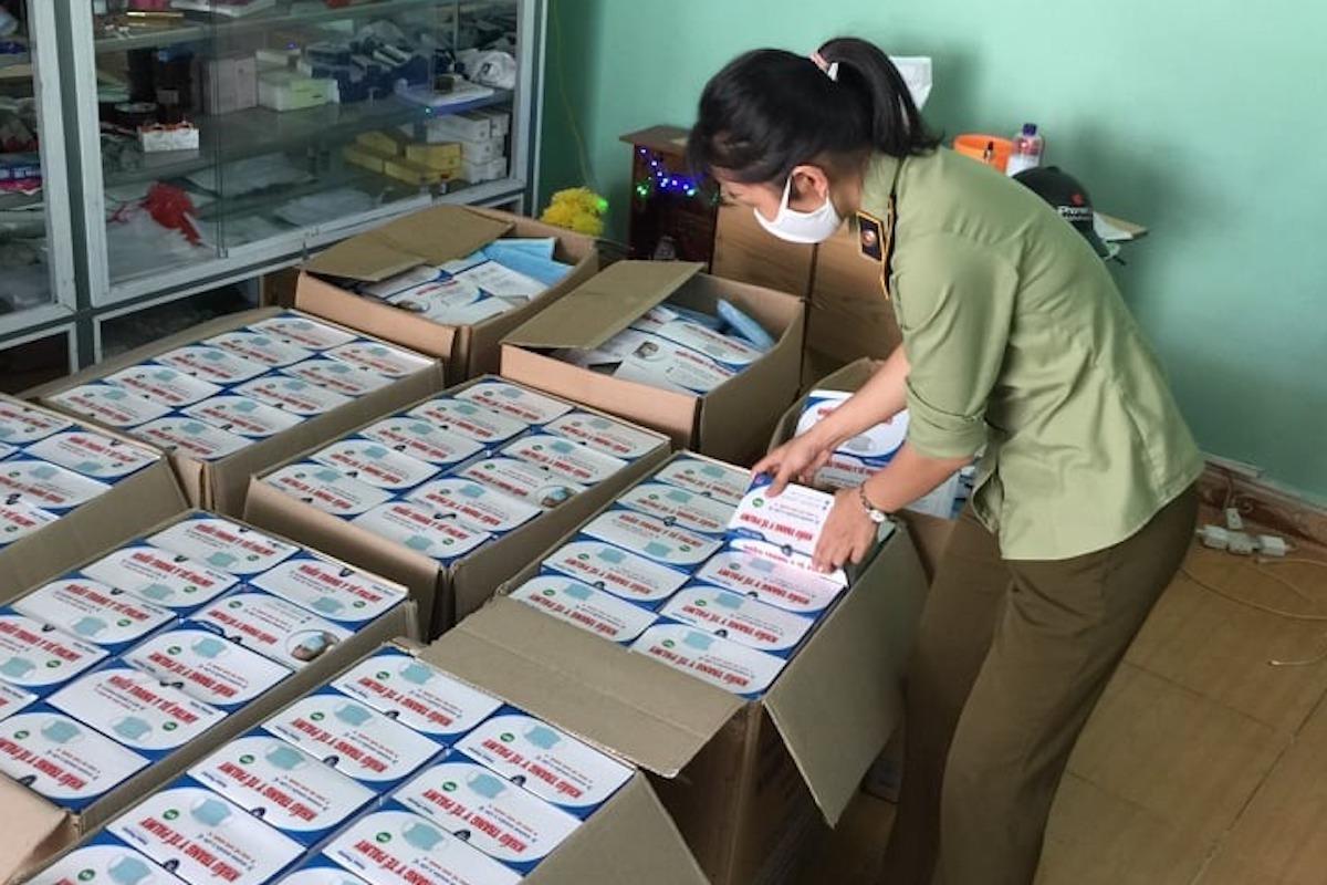 Cán bộ quản lý thị trường Đà Nẵng kiểm tra, kiểm đếm lô hàng khẩu trang không rõ nguồn gốc xuất xứ. Ảnh: QLTT Đà Nẵng