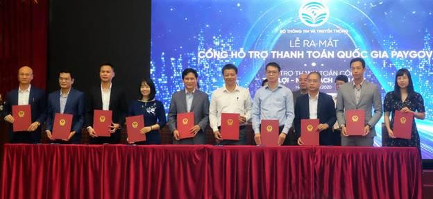 Đại diện VNPAY (ngoài cùng bên phải) cùng các trung gian thanh toán khác kí kết thỏa thuận hợp tác với PayGov.