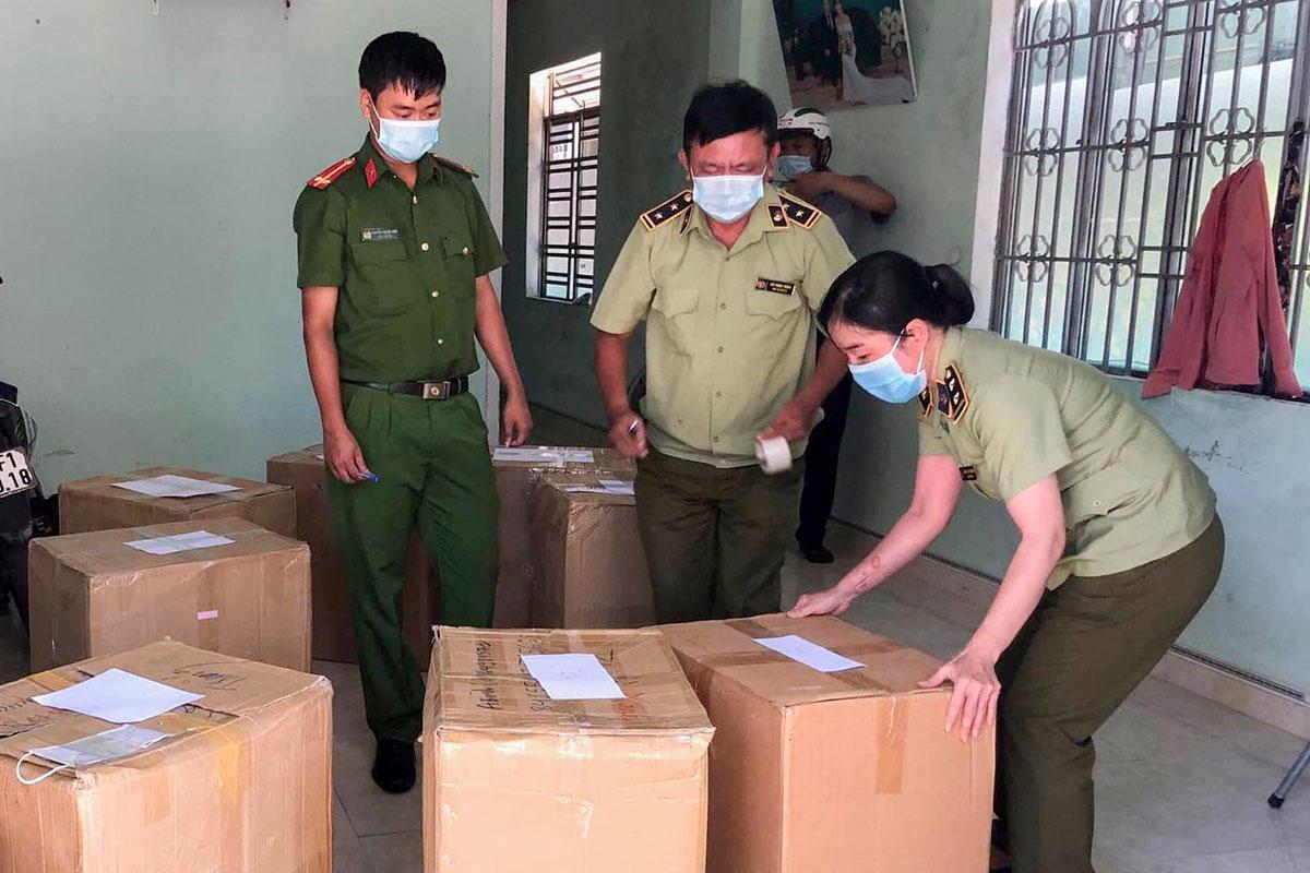 Lô hàng 24.000 khẩu trang không có hoá đơn chứng từ vừa bị phát hiện. Ảnh: Cao Nam.