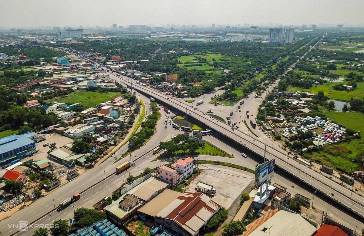Vòng xoay Nguyễn Văn Linh kết nối trung tâm hành chính Bình Chánh và các khu vực lân cận. Ảnh: Quỳnh Trần.