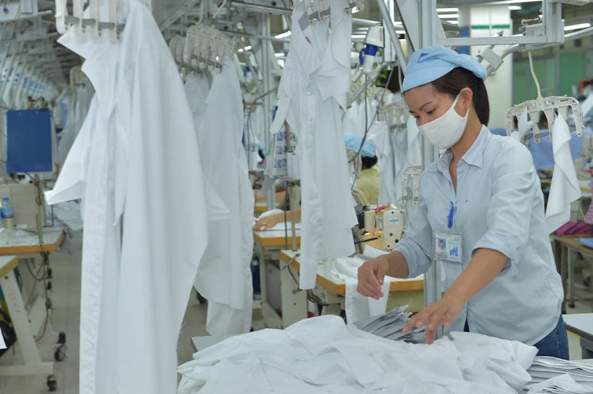 Công nhân Tổng công ty May 10 sản xuất áo sơ mi. Ảnh:  Hân Phạm