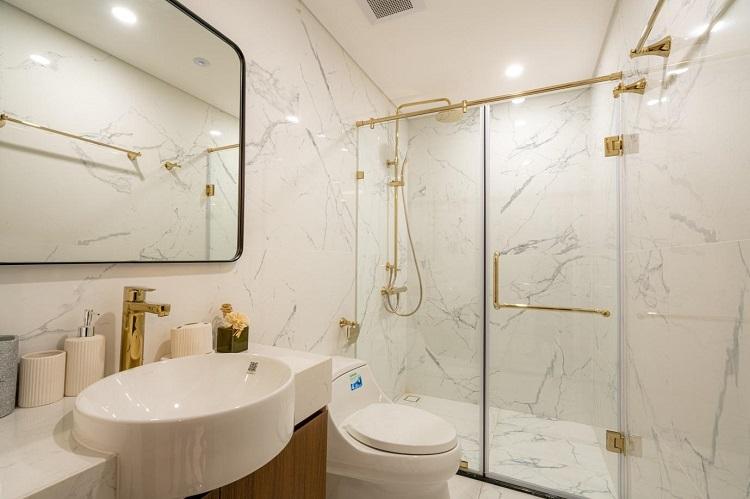 Sunshine Group đã chọn thiết bị vệ sinh Kohler, một trong những thương hiệu phòng tắm và bếp hàng đầu từ Mỹ để trang bị cho từng căn hộ. Đặc biệt, các căn phòng tắm lớn trang bị bồn tắm sứ oval cao cấp, vốn thường xuất hiện trong những resort sang trọng. Theo chia sẻ của chủ đầu tư, các thiết bị vệ sinh của toà tháp S1 như nhà tắm đứng, vòi rửa, lavabo, phụ kiện phòng tắm... đều được dát vàng, bồn vệ sinh có thiết kế thông minh.