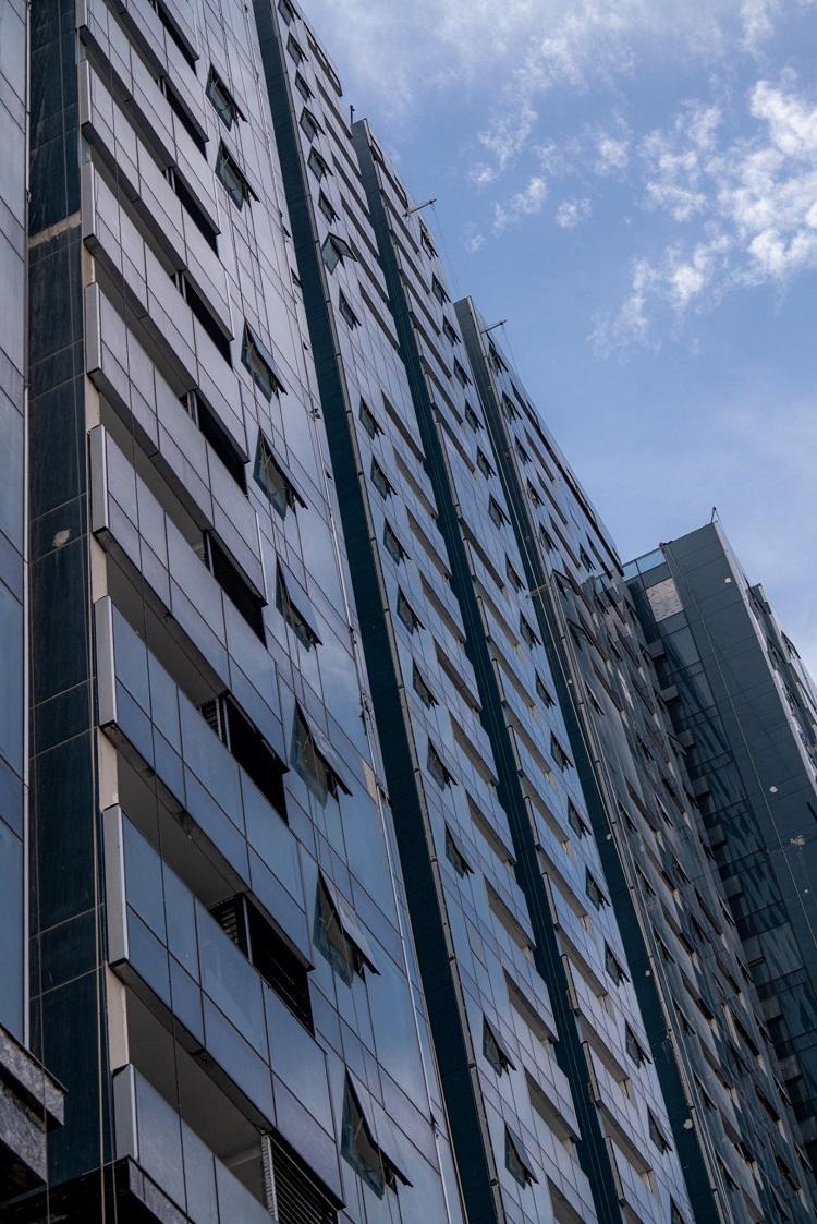 Sunshine Group cho biết đã chi hàng chục tỷ đồng để lắp toàn bộ kính tràn Low-E bên ngoài các căn hộ.  Loại kính cao cấp này được nhập khẩu từ Indonesia, giúp hạn chế tia tử ngoại và sức nóng mặt trời, góp phần bảo vệ sức khỏe cư dân và tăng thêm độ sang trọng cho kiến trúc dự án..