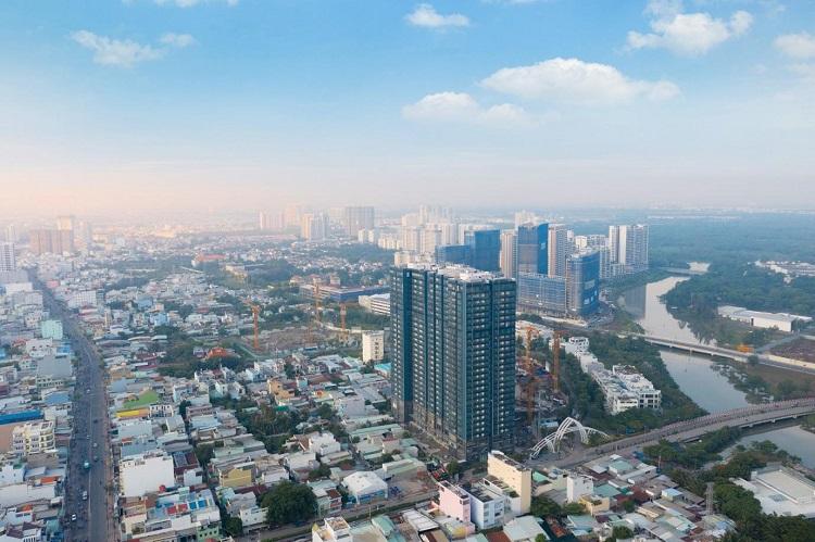 Đối với tòa S1 sắp bàn giao, chủ đầu tư triển khai chính sách tài chính ưu đãi. Người mua chỉ cần thanh toán 25%, phần còn lại ngân hàng hỗ trợ cho vay miễn lãi suất và ân hạn nợ gốc trong vòng 12 tháng kể từ thời điểm vay. Nếu sử dụng căn hộ để cho thuê, khách hàng không cần phải trả thêm khoản nào trong vòng một năm mà vẫn có thêm nguồn tài chính. Với chính sách này, khách hàng có thể sở hữu căn hộ tại Sunshine City Sài Gòn, kể cả các căn hộ 4 phòng ngủ đẳng cấp tại dự án. Đây là những căn sở hữu tầm nhìn đặc biệt nhất với hai mặt view, ba mặt thoáng, chủ đầu tư cho biết. Các phòng chức năng tại những căn 4 phòng ngủ có tầm nhìn đẹp, thoáng đãng và lộng gió. Dòng sản phẩm có số lượng rất hữu hạn 2 căn trên mỗi sàn, được cho là phù hợp với những gia đình đa thế hệ.