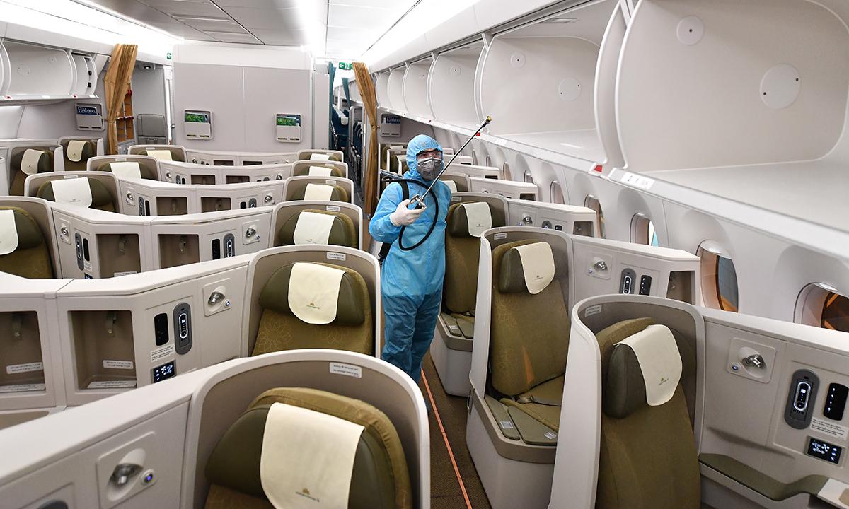 Phun khử trùng trong một máy bay thân rộng của Vietnam Airlines. Ảnh: VNA