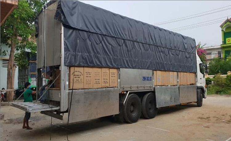 Xe ô tô BKS 38383 chở gần 1 triệu khẩu trang y tế không chứng minh được nguồn gốc xuất xứ bị quản lý thị trường Quảng Bình thu giữ. Ảnh: QLTT Quảng Bình