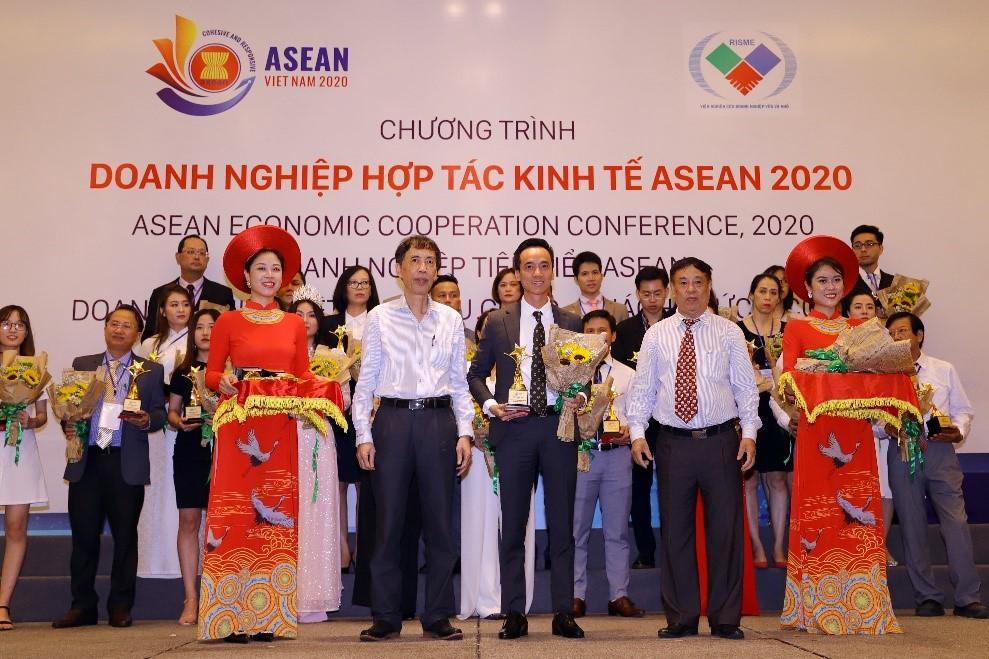 Đại diện Hải Phát Land nhận vinh danh hạng mục top 10 doanh nghiệp tiêu biểu ASEAN tại chương trình ASEAN Economic Forum 2020.