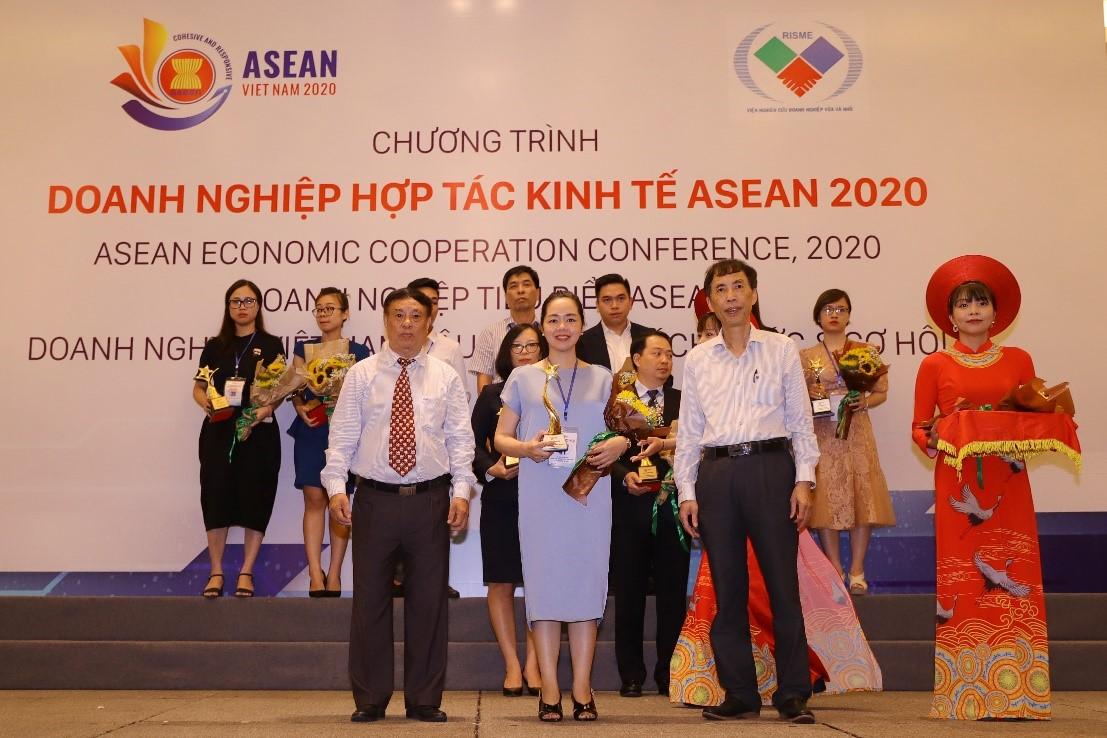 Đại diện Hải Phát Land nhận vinh danh hạng mục top 10 thương hiệu nổi tiếng ASEAN tại chương trình ASEAN Economic Forum 2020.