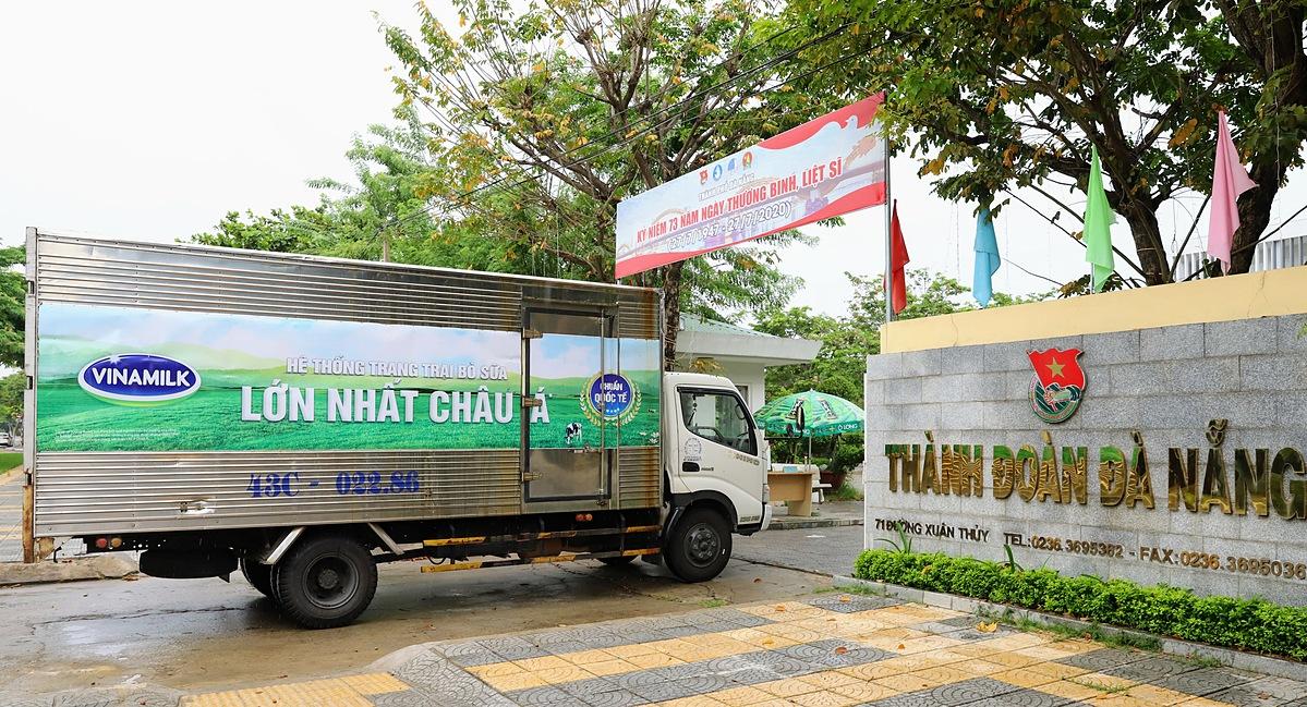 Sáng 31/7, những chuyến xe của Vinamilk đã chuyển sản phẩm đến điểm tiếp nhận tại Đà Nẵng.
