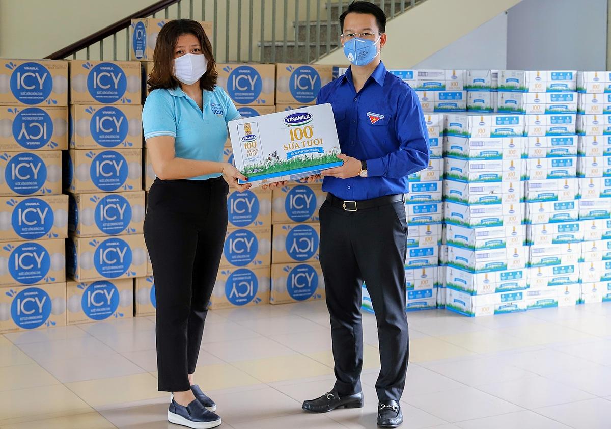 Đại diện Vinamilk trao sản phẩm đến đại diện Thành Đoàn Đà Nẵng, đơn vị được phân công tiếp nhận và phân bổ sản phẩm về khu cách ly tại địa phương.