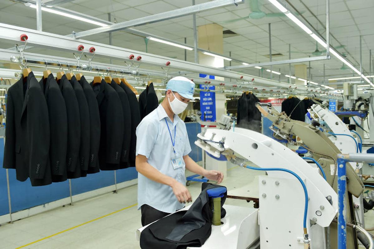 Sản xuất veston xuất khẩu tại Tổng công ty May 10. Ảnh: Hân Phạm