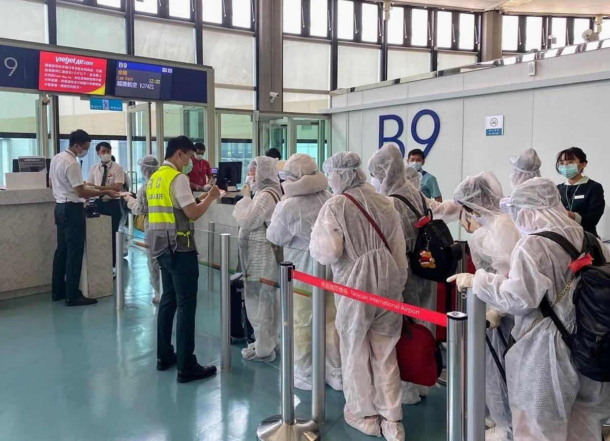 Hành khách sau khi hạ cánh được đảm bảo quy trình kiểm soát an ninh, an toàn dịch tễ và đưa về các khu cách ly tập trung.