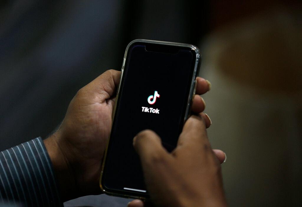 Người dùng sử dụng ứng dụng TikTok trên smartphone. Ảnh: AP