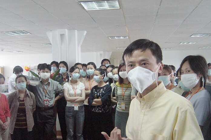 Jack Ma và các nhân viên Alibaba trong đại dịch SARS năm 2003. Ảnh: Porter Erisman