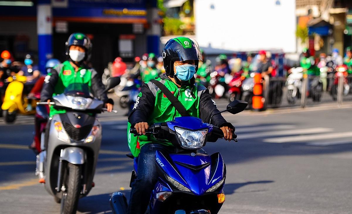 Tài xế GoViet đổi đồng phục sang màu áo xanh-đen của GoJek. Ảnh: GoJek Việt Nam