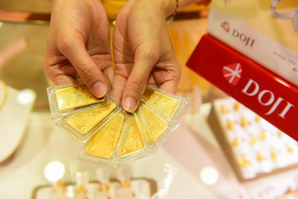Giao dịch vàng miếng tại DOJI. Ảnh: DOJI.