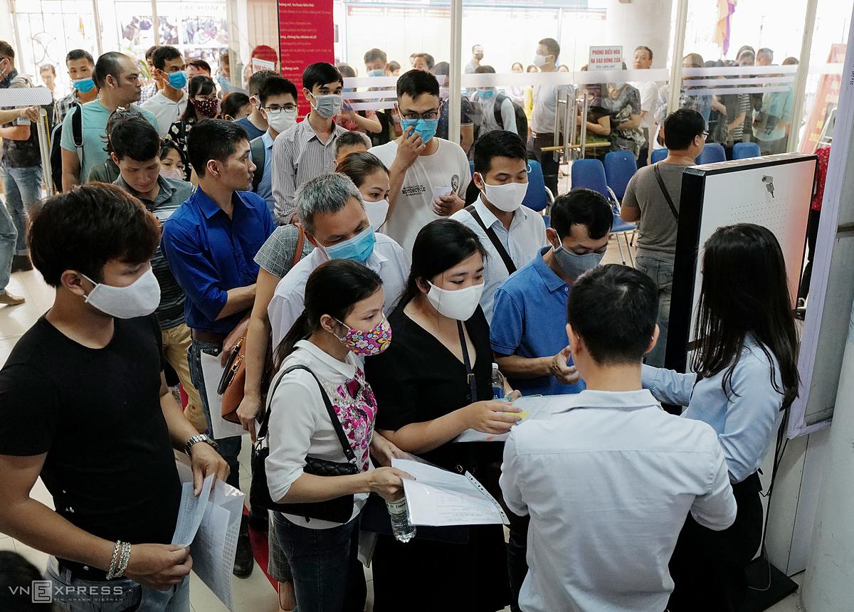 Dòng người ùn ùn vào lấy phiếu làm trợ cấp thất nghiệp tại Trung tâm Dịch vụ việc làm (Trung Kính, Cầu Giấy) ngày 11/6. Ảnh: Ngọc Thành.