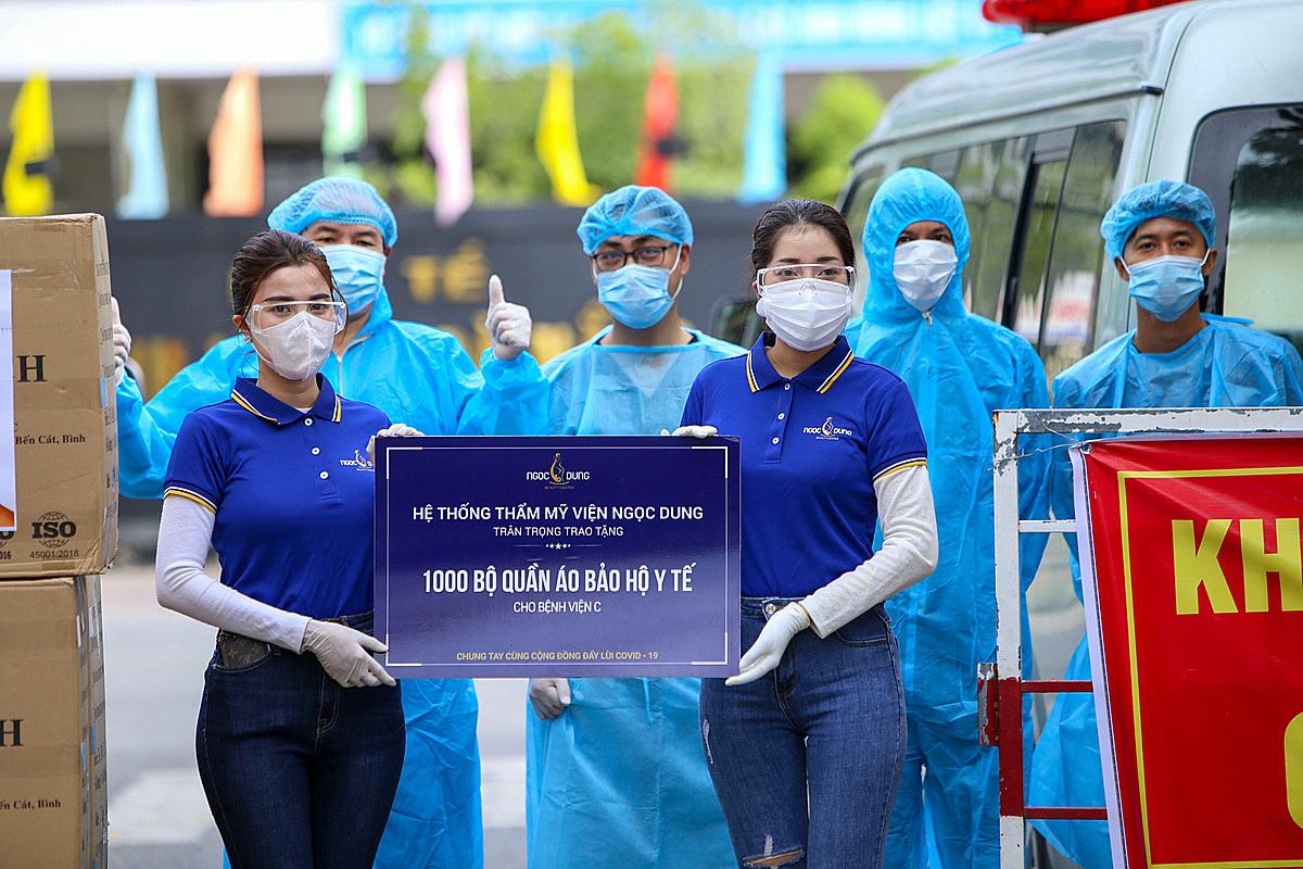 Hệ thống Thẩm mỹ viện Ngọc Dung trao tặng 7.000 bộ đồ bảo hộ y tế cho 7 bệnh viện tại thành phố Đà Nẵng, sáng 5/8.