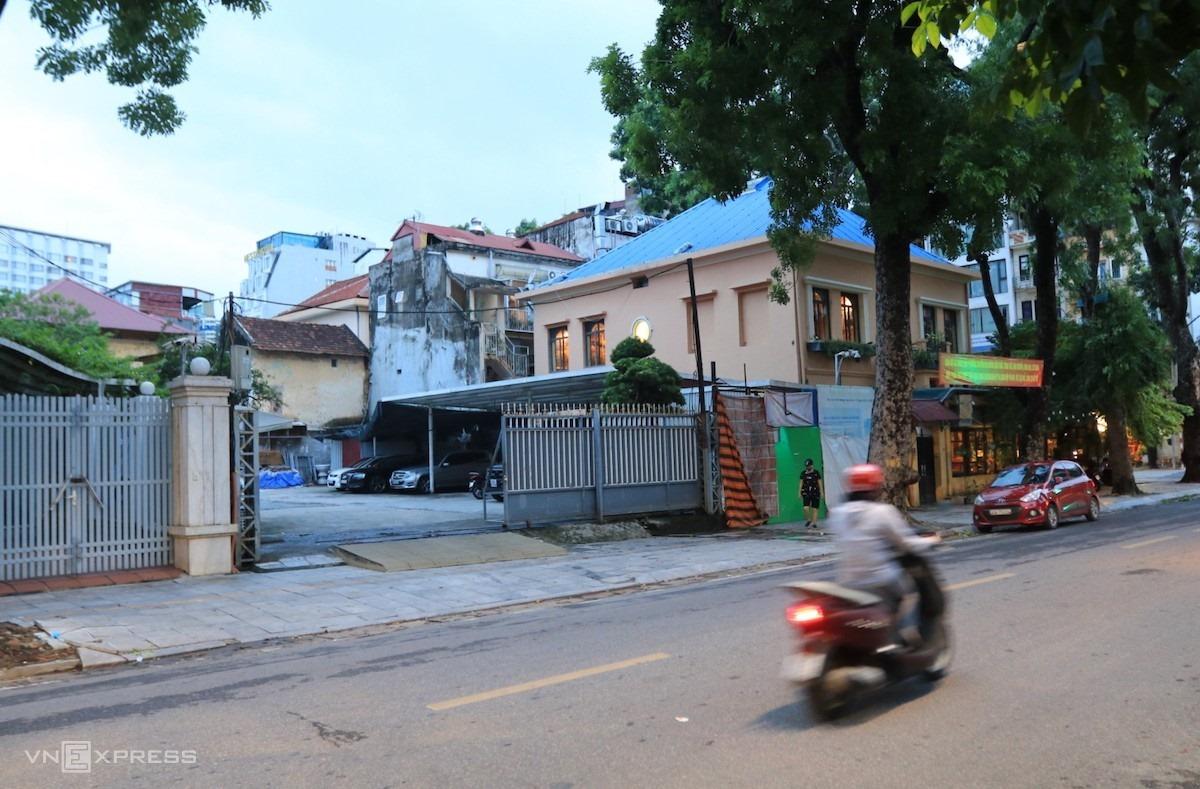 Bên ngoài lô đất 68 Nguyễn Du, Hà Nội chiều ngày 6/8. Ảnh: Phú Lê.