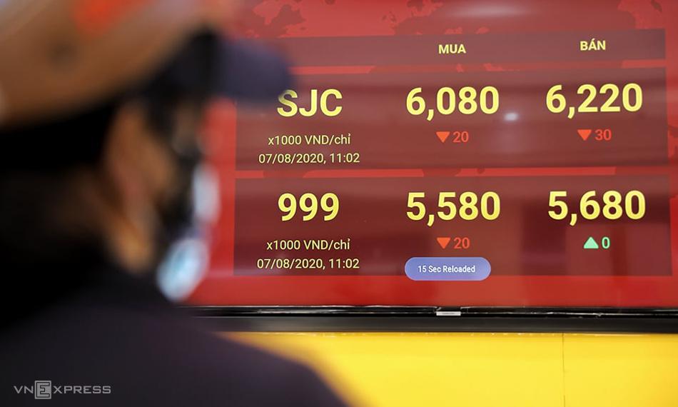 Giá vàng trong nước lên 6,2 triệu đồng một lượng vào sáng nay, cao hơn 4 triệu đồng so với giá thế giới. Ảnh: Quỳnh Trần.