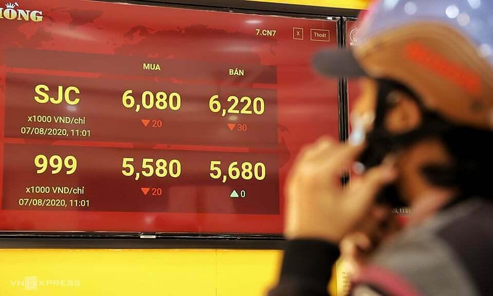 Một tiệm vàng tại TP HCM niêm yết giá mua bán vàng ở 60,8 - 62,2 triệu đồng một lượng sáng 7/8. Ảnh: Quỳnh Trần.