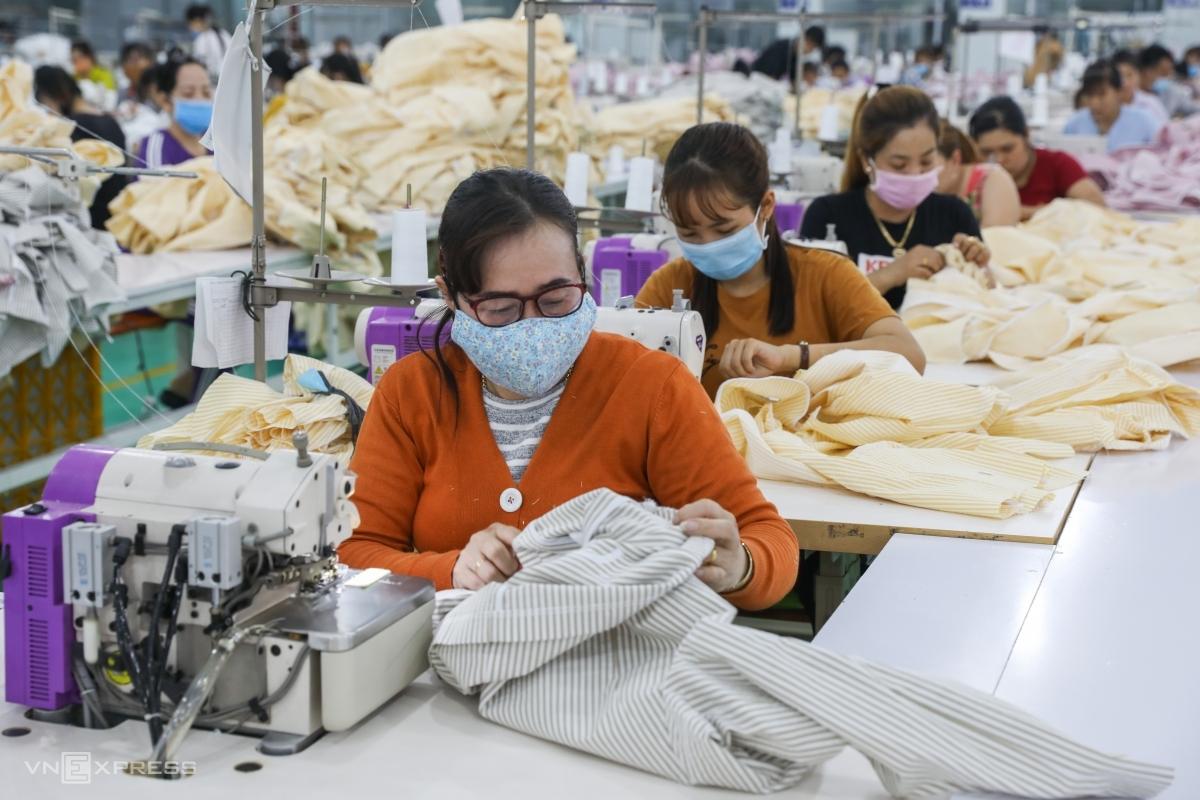 Công nhân làm việc trong một công ty may mặc tại KCN Tân Đô, Long An cuối tháng 2/2020. Ảnh: Quỳnh Trần.