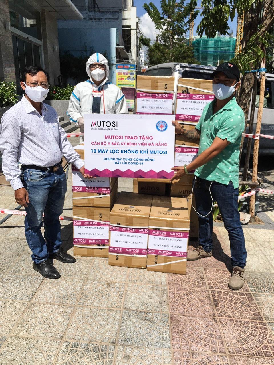Đại diện Công ty trao tặng trang thiết bị phòng chống dịch tới Bệnh viện Đà Nẵng.