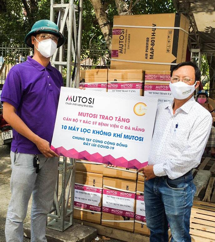 Đại diện Bệnh viện C Đà Nẵng tiếp nhận quà tặng từ Mutosi.