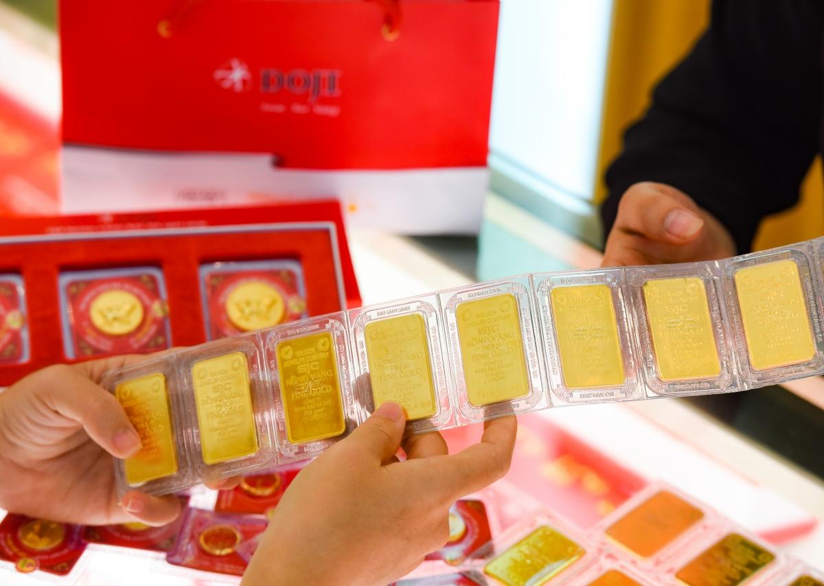 Khách giao dịch vàng miếng SJC tại DOJI. Ảnh: DOJI.