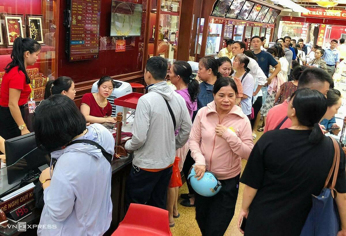 Bên trong một cửa hàng vàng trên phố Trần Nhân Tông sáng 24/7. Nhiều người đổ đến giao dịch sau khi giá vượt 55 triệu đồng. Ảnh: Anh Tú.