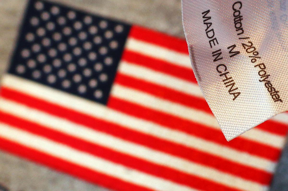 Nhãn ghi Made in China trên một chiếc áo len bán tại quầy lưu niệm ở Boston. Ảnh: Reuters