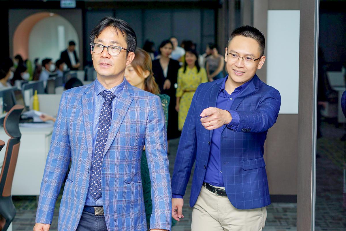 CEO Lưu Anh Tiến giới thiệu không gian văn phòng mới của Con Cưng cho ông Phan Minh Tiên - Giám đốc Điều hành của Vinamilk.