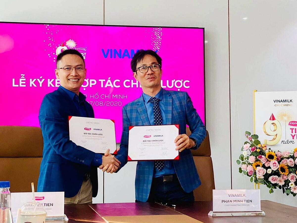 Lãnh đạo hai doanh nghiệp thực hiện nghi thức ký kết hợp tác chiến lược chiều ngày 7/8.