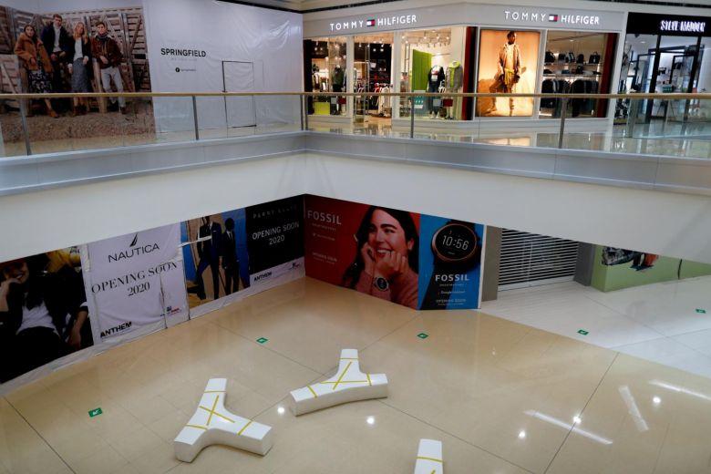 Bên trong trung tâm thương mại SM Mall of Asia tại Philippines. Ảnh: Reuters