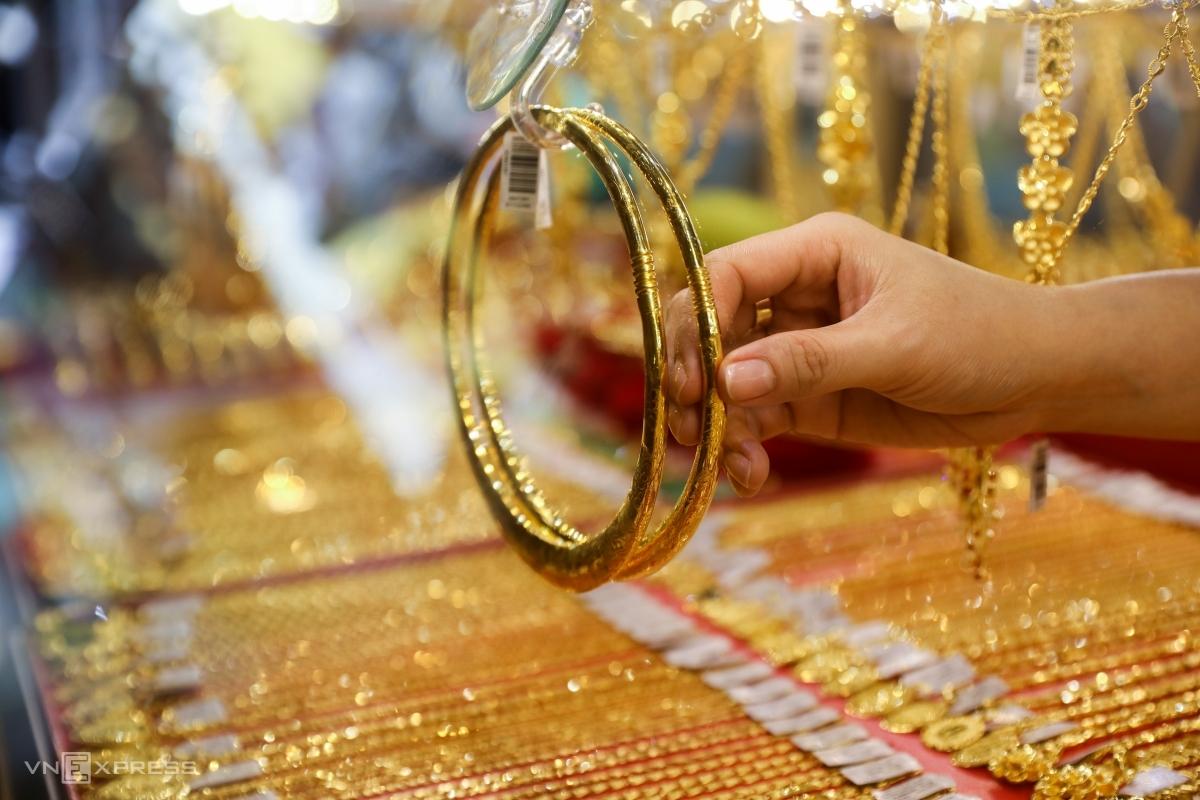 Người dân chọn vàng tại một cửa hàng ở TP HCM. Ảnh: Quỳnh Trần.