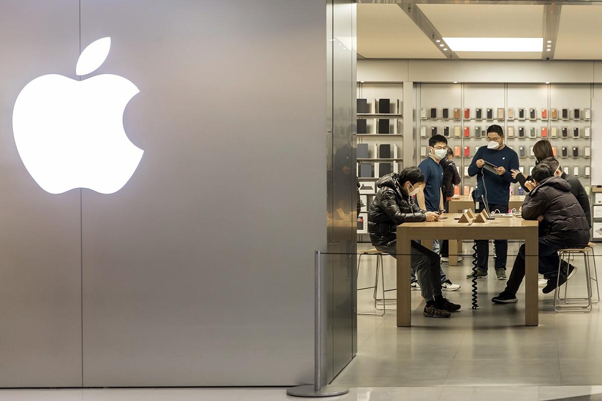 Khách hàng trong một cửa hàng của Apple tại Thượng Hải. Ảnh: Bloomberg