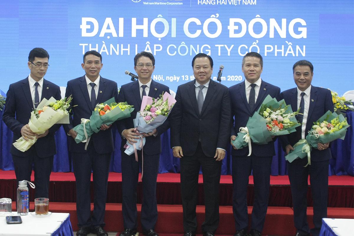 Ban lãnh đạo Tổng công ty Hàng hải được đại hội cổ đông bầu sáng 13/8. Ảnh: Anh Duy.