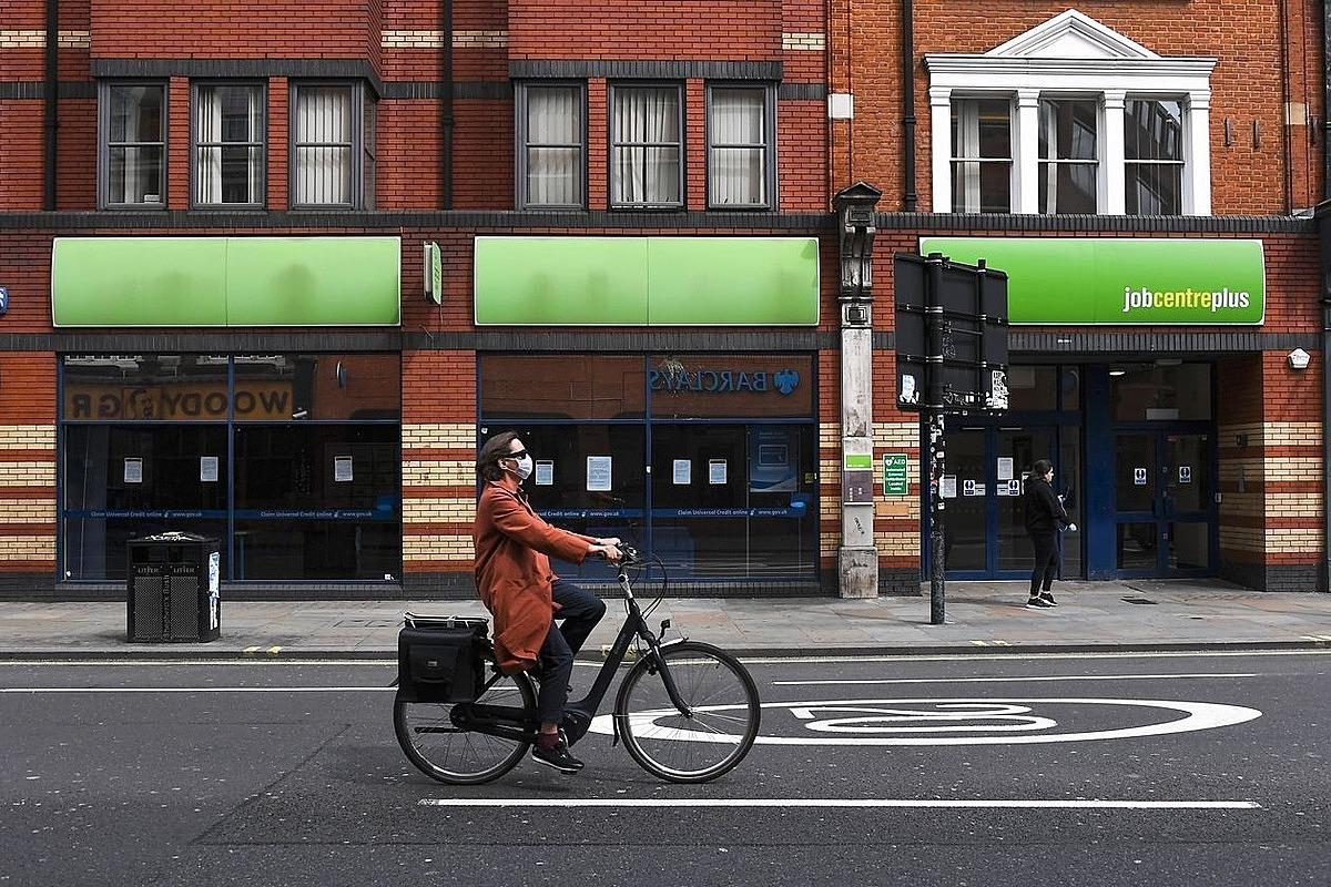Một con phố ít người trong thời gian phong tỏa tại Anh vào quý II/2020. Ảnh: AP