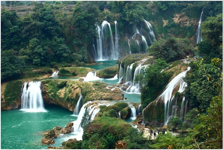 Thành phố Bảo Lộc nằm trọn trên cao nguyên Di Linh với thiên nhiên hùng vĩ, thơ mộng.