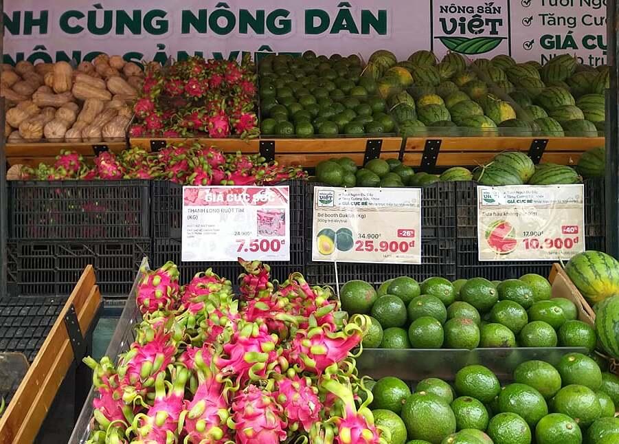Nông sản được trưng bày trên xe tải trước siêu thị ở Gò Vấp. Ảnh: Thi Hà.