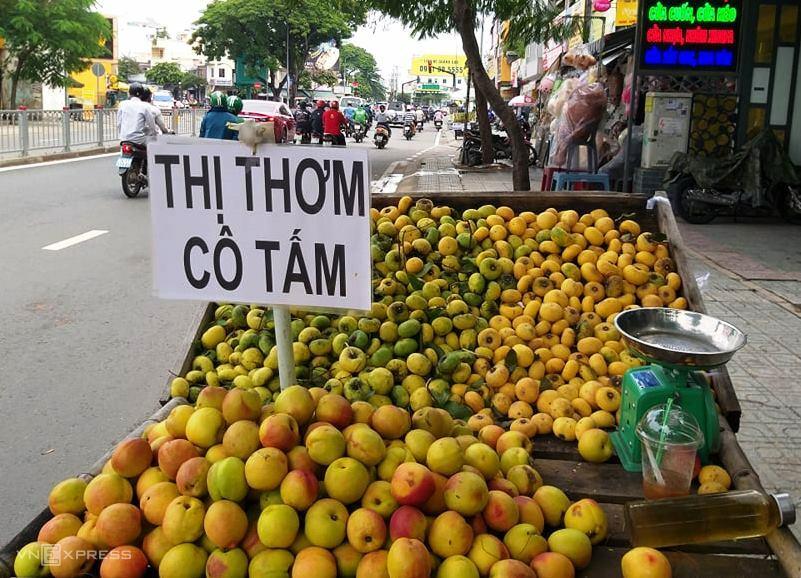 Vài trăm nghìn một kg thị cô tấm bán vỉa hè Sài Gòn