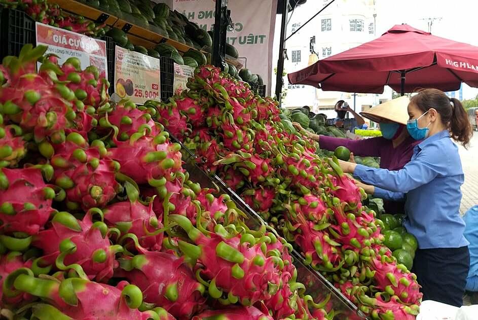 Người dân lựa chọn nông sản tại xe tải trước siêu thị Lottemart Gò Vấp. Ảnh: Thi Hà.