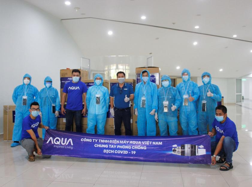 Các nhân viên Aqua Việt Nam chuyển lô hàng đến đội ngũ y bác sĩ tại Đà Nẵng.