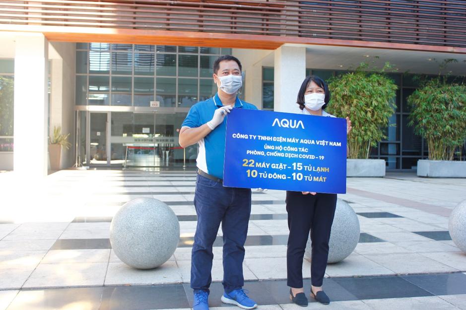 Đại diện Aqua Việt Nam (phải) trao tặng các sản phẩm điện máy hỗ trợ các bệnh viện cho đại diện Sở Y tế thành phố Đà Nẵng.